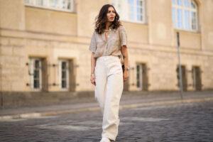 Cómo combinar pantalones beige de mujer