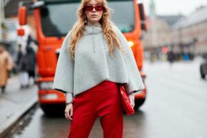Cómo combinar pantalones de colores de mujer