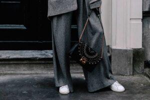 Cómo combinar pantalones grises de mujer