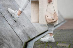 Cómo combinar zapatillas de mujer